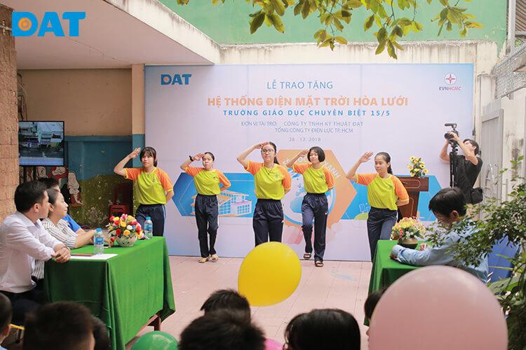 dat-va-evnhcmc-dong-trao-tang-ht-dien-mat-troi-b2912